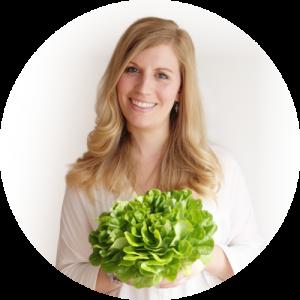 Diaetologie Eberharter Petra mit Salat in Händen