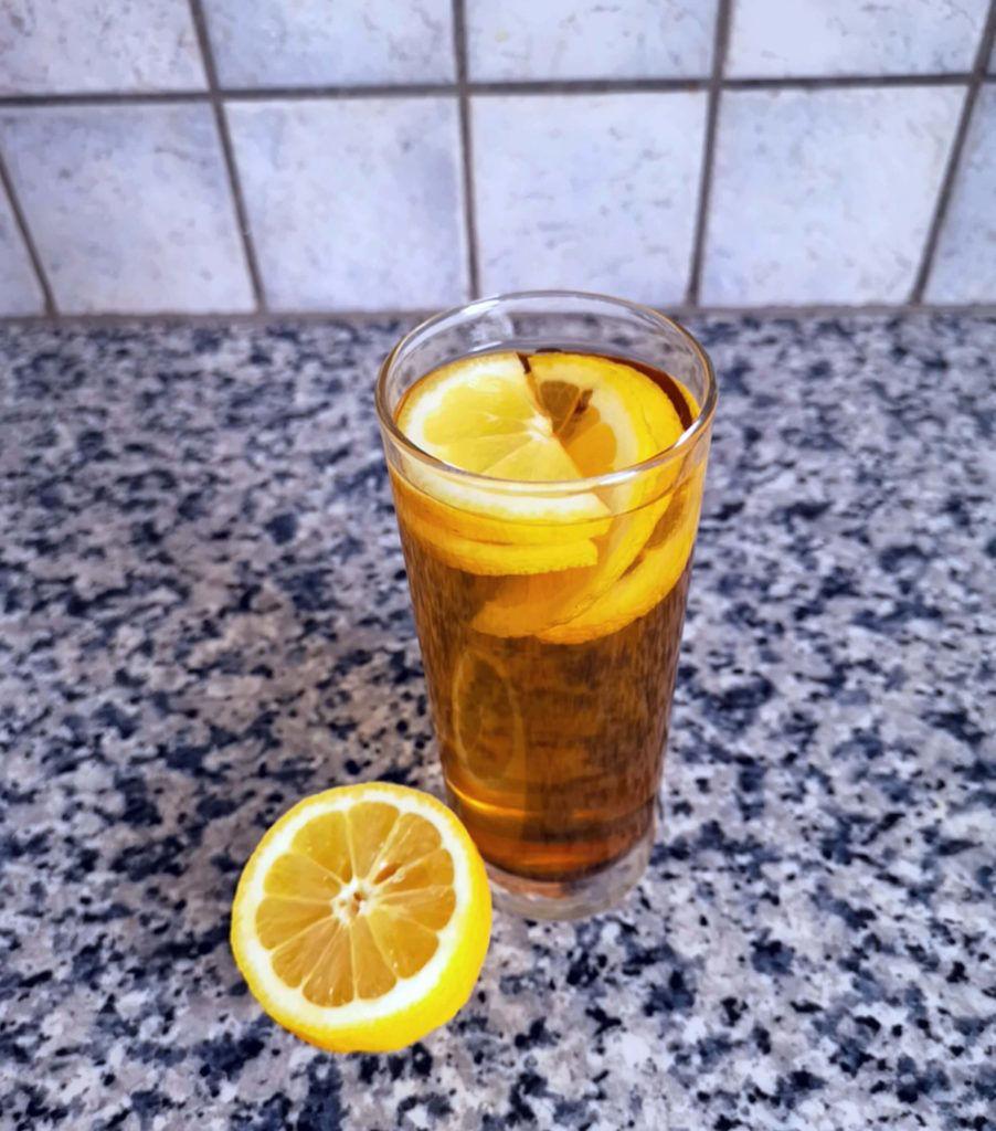 Zuckerfreie-Erfrischungsgetränke_Rezept_Pfefferminze-mit-Zitrone_Diaetologie-Eberharter